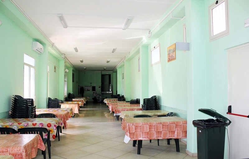 Studenti dell'Alberghiero di Nicolosi in cucina alla mensa dell'Help Center