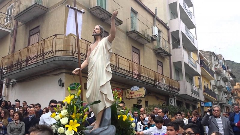 Processione a S. M. di Ganzaria: non un inchino al boss ma una deviazione con lungo applauso