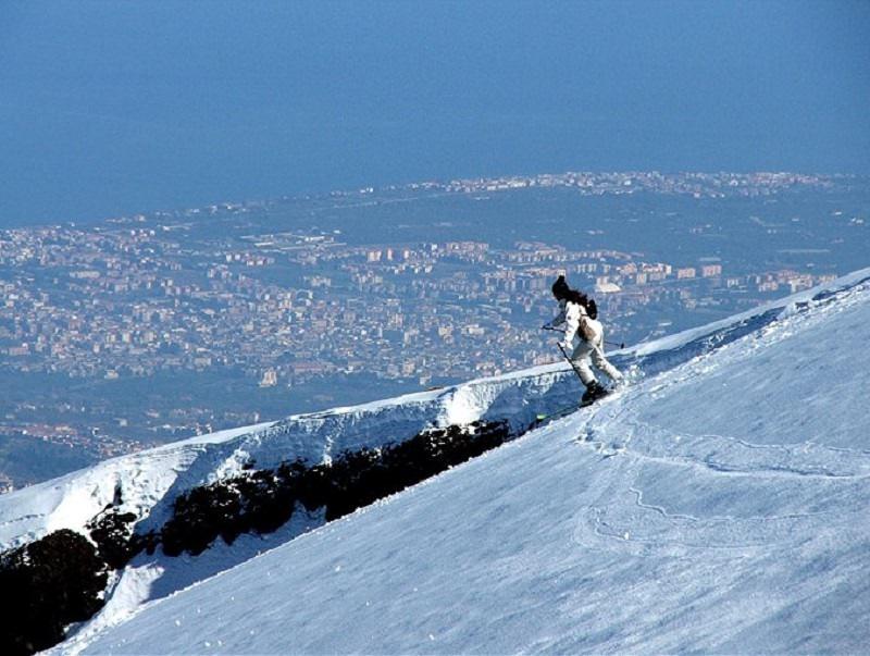 L'Etna indossa di nuovo l'abito bianco. Sciatori e snowboardisti scatenatevi in pista