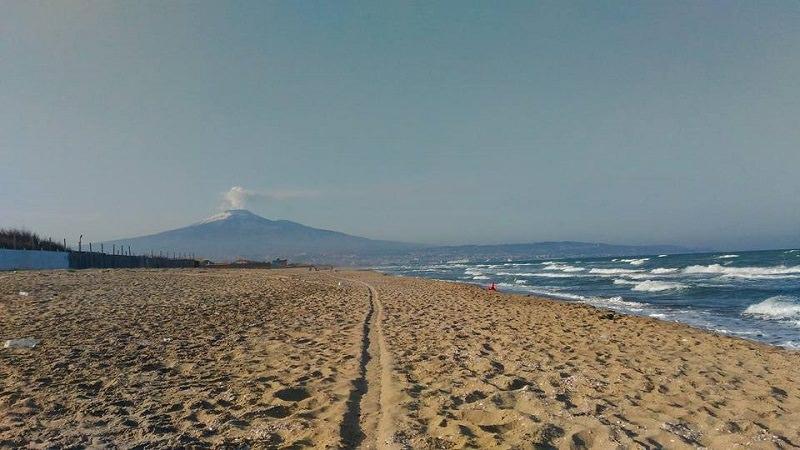 Playa di Catania, furti nelle cabine e musica a tutto volume oltre orario consentito: denunce e sanzioni, chiuso lido