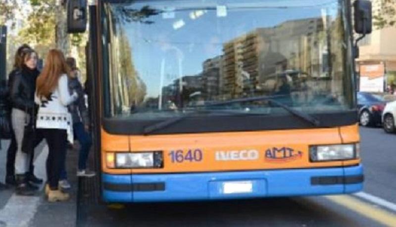 Sfiorata la tragedia su autobus Amt: passeggero tenta di accoltellare controllore