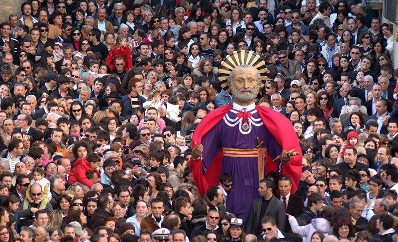 """Caltagirone, il """"gigante"""" San Pietro pronto alla processione"""