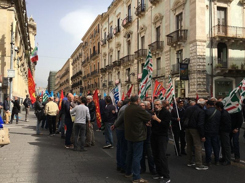"""""""Sicilia in lotta. Più lavoro. Più sviluppo. Più inclusione"""". Sindacati e lavoratori in piazza"""