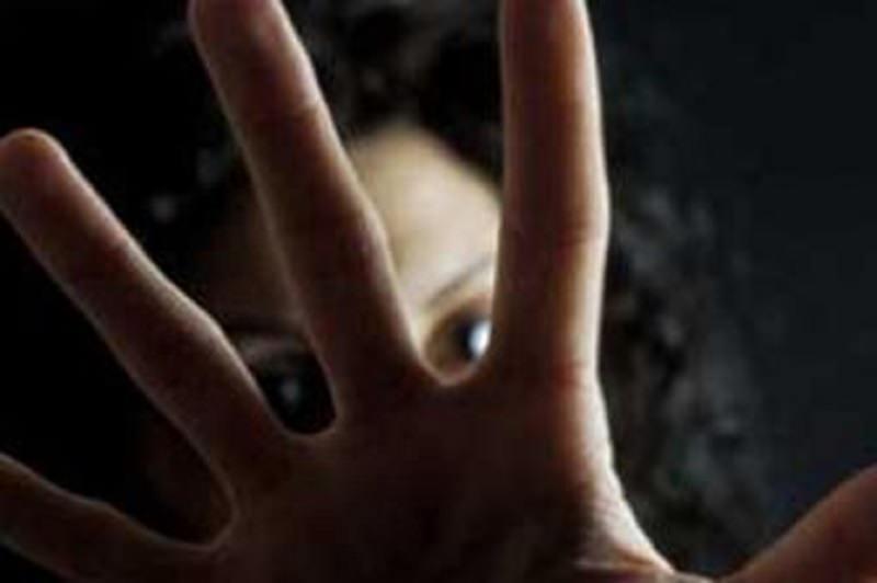 Lei lo respinge più volte, 35enne violento aggredisce e insulta donna in pieno centro: disposto allontanamento