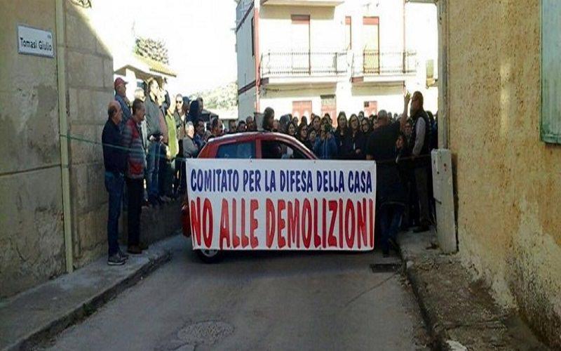 """Rimossi i """"blocchi umani"""" a Licata. Avviati i lavori di demolizione delle villette abusive"""