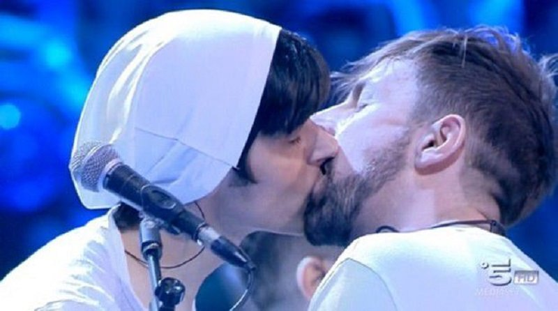 Amici, bacio gay durante il serale: coming out? Ecco la verità