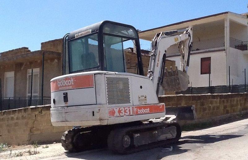 Abusivismo: demolizione a Licata. Stop ai lavori dopo minacce a titolare ditta