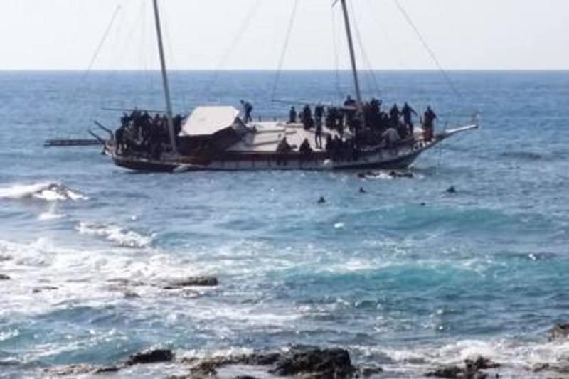 Migranti senza pace, ancora al largo il natante dell'ecatombe. Ad Augusta il grottesco caso dell'hangar sbagliato