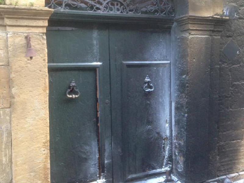 In fiamme il portone dell'abitazione del sindaco di Pietraperzia