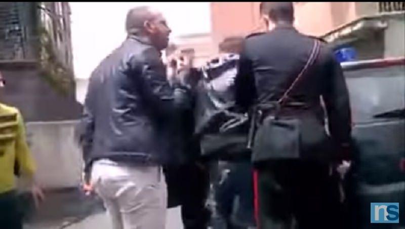 Catania, folla aiuta uomo a sfuggire ai carabinieri. IL VIDEO