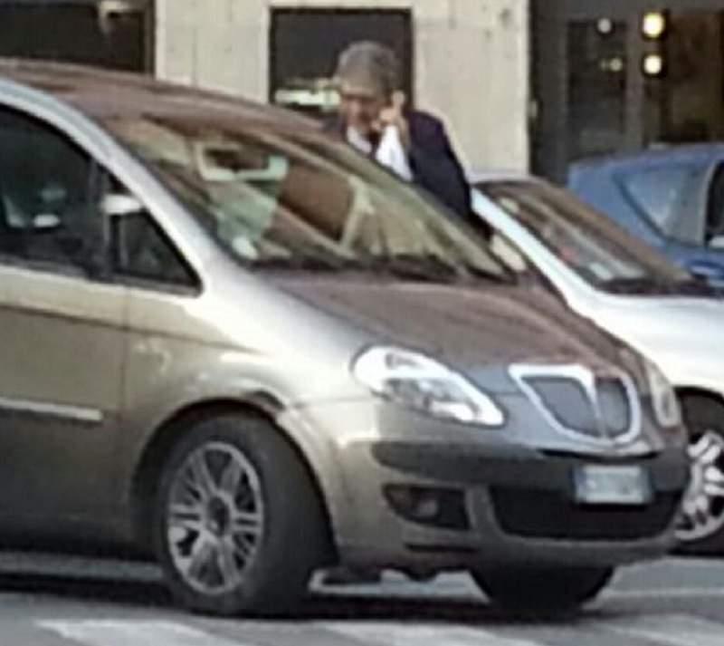 Una foto lo incastra mentre parcheggia in divieto di sosta. Comandante dei Vigili Urbani di Palermo nel mirino