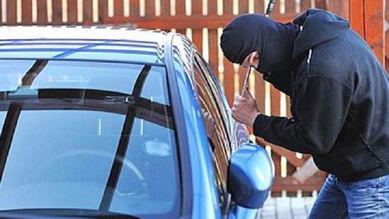 Tenta di rubare un'auto ma interviene un agente libero dal servizio. Arrestato
