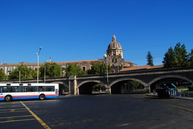 Parcheggiatori abusivi sorpresi in piazza Borsellino, gli agenti li sanzionano: notificato anche l'allontanamento