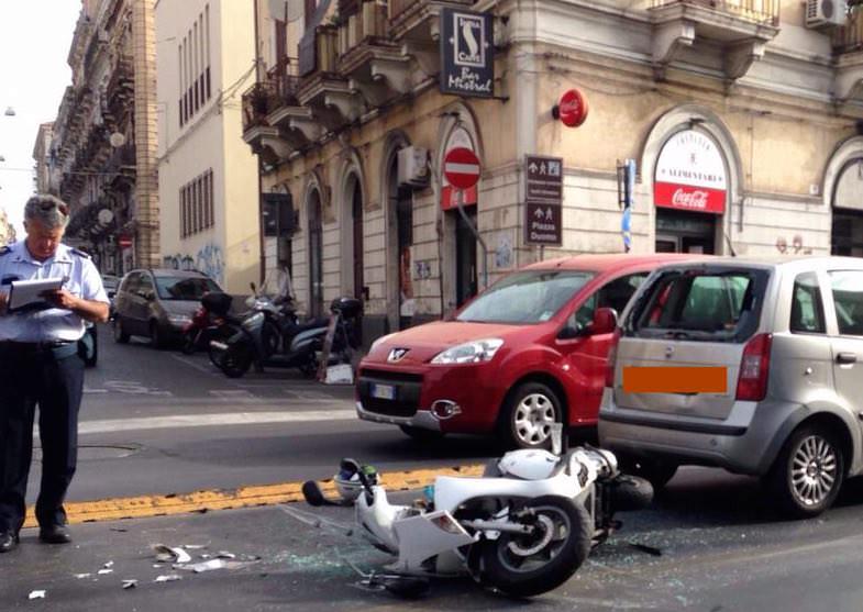 Grave incidente frontale, scontro Honda Sh e Fiat Panda: 30enne in codice rosso al Policlinico
