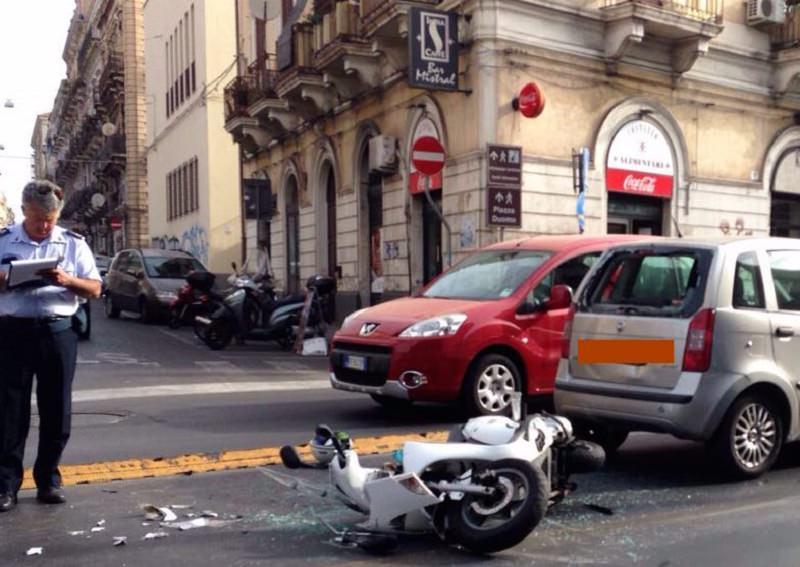Violento tamponamento in via Dusmet, soccorso scooterista