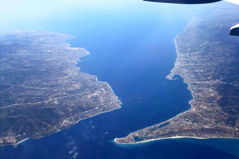 Chiude lo Stretto di Messina fino al 13 aprile, ma due balene passano dando spettacolo