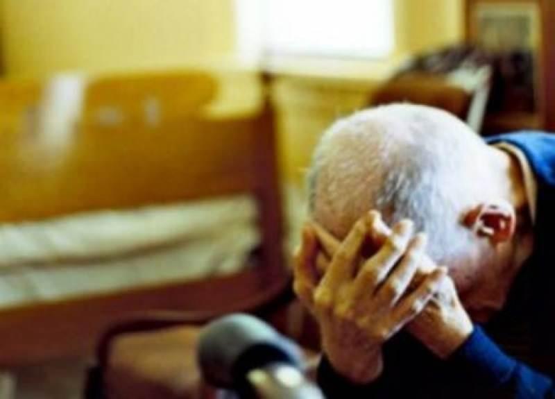 Aggressione in strada, malvivente mira alla collanina di un anziano ma lui si difende: lite finisce in arresto