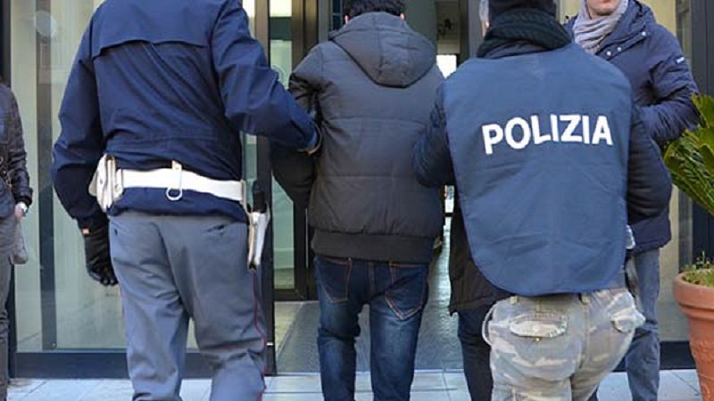 Maltratta la moglie, violenza anche sui figli che fanno da scudo: arrestato 55enne. Altri due casi simili