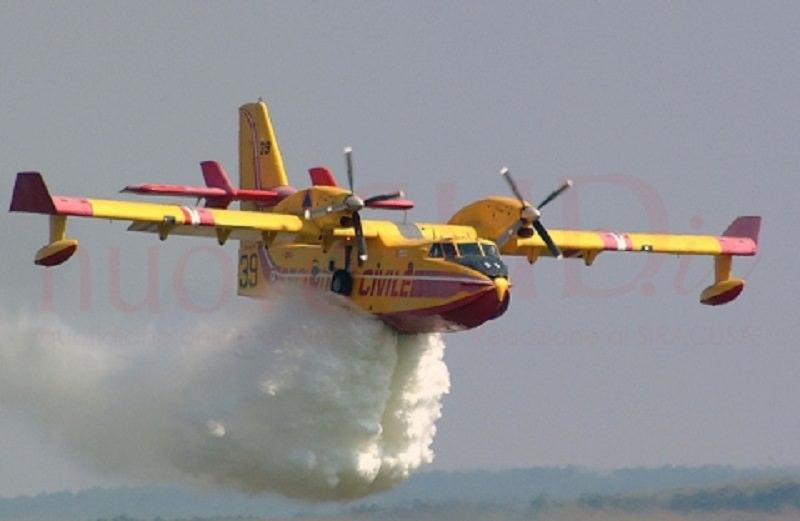 Vasto incendio nel bosco, gente in fuga dalle case e alberi carbonizzati: Canadair in azione