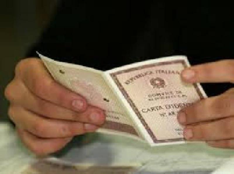 Preleva migliaia di euro con documenti falsi fabbricati in casa