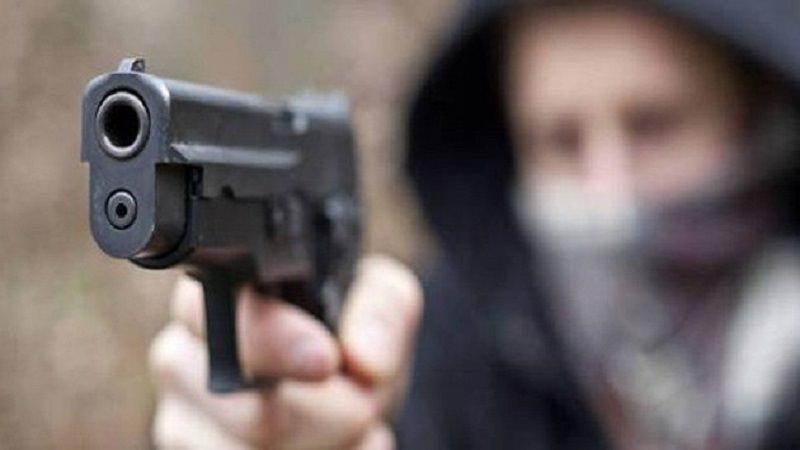 Colpi di pistola davanti al municipio nel Trapanese, tre feriti