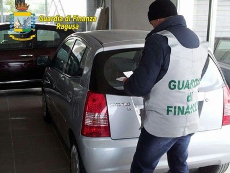 Vende 350 auto in nero, scoperto concessionario abusivo