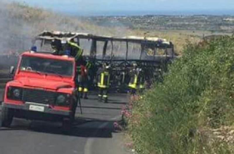 Tragedia sfiorata a Sortino, in fiamme autobus dell'AST carico di studenti