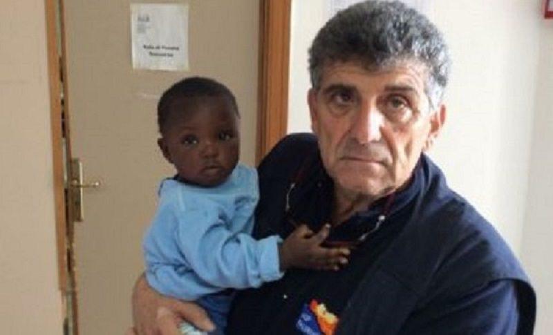 Perde la vita nella traversata ma salva la figlia di 9 mesi. Medico la vuole in affido