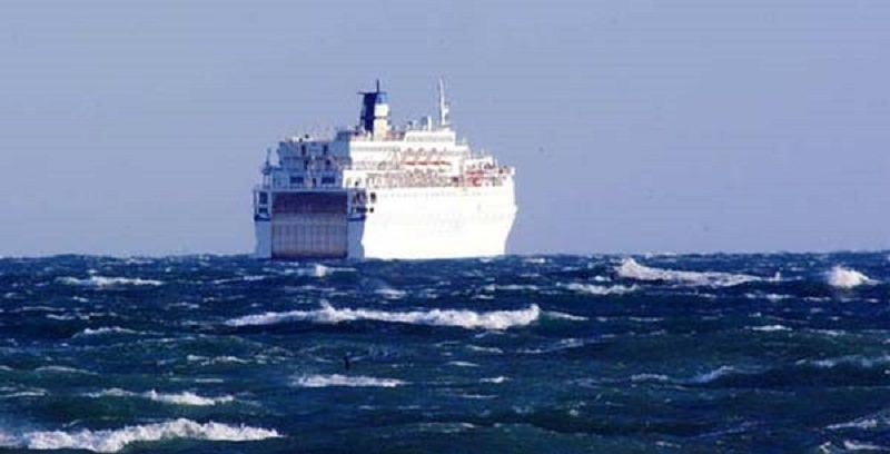 Ragazzo di 21 anni tenta suicidio da traghetto. Salvato da un poliziotto