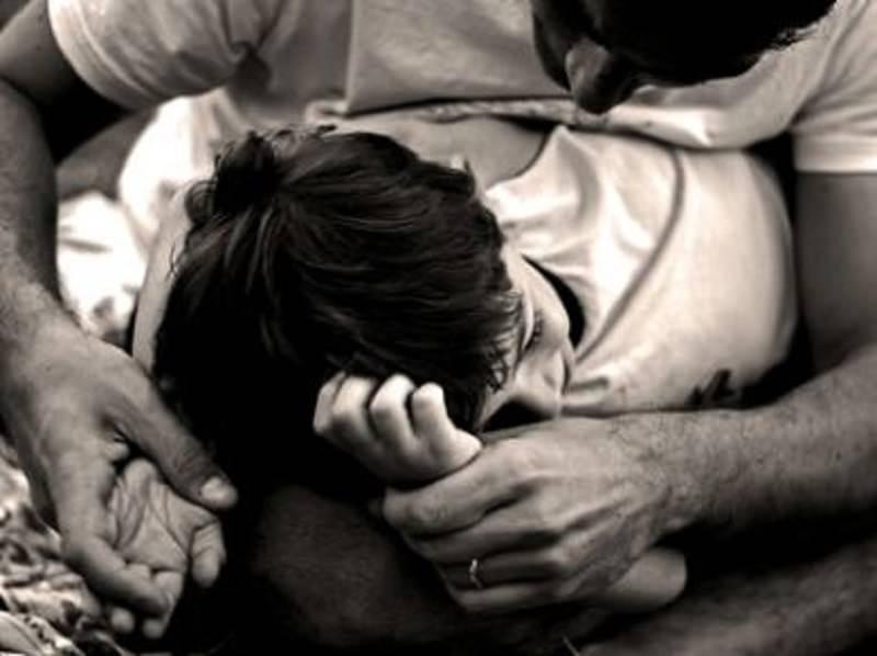 Coppia omosessuale aggredita in villa: calci, pugni e colpi di casco