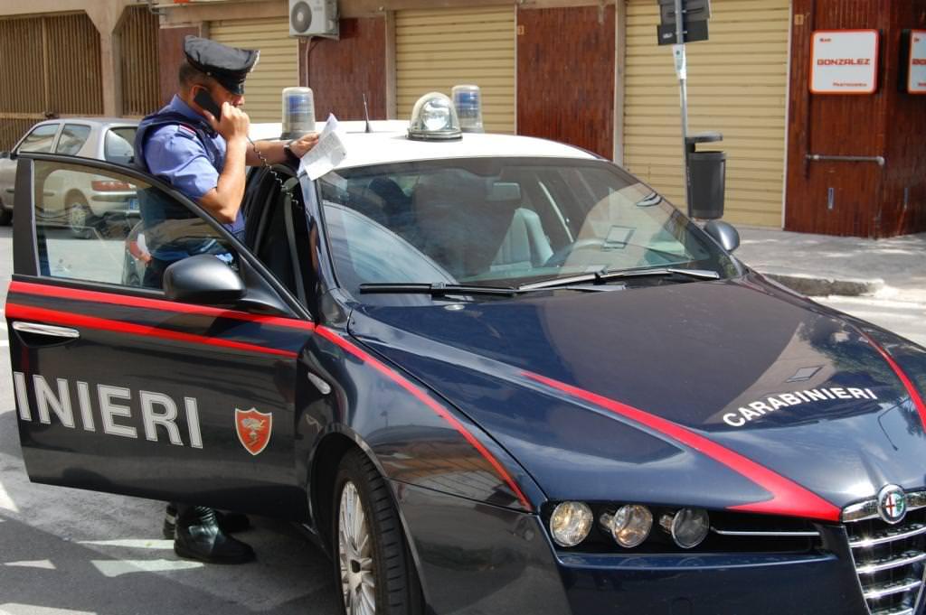 Sfondano la vetrina di un negozio con una Fiat Idea e rubano 15mila euro di capi firmati