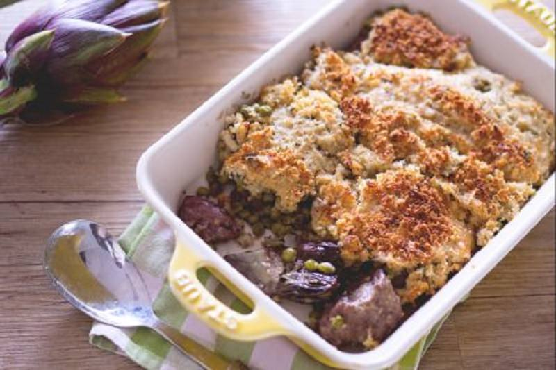 La ricetta del giorno: agnello gratinato con carciofi e piselli. Ecco come prepararlo