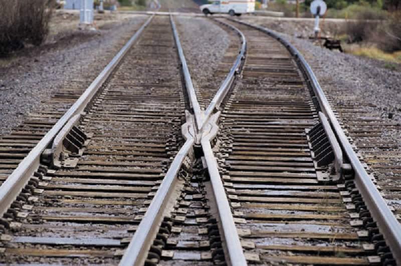 Cammina sui binari e viene travolto da un treno. Grave ventenne