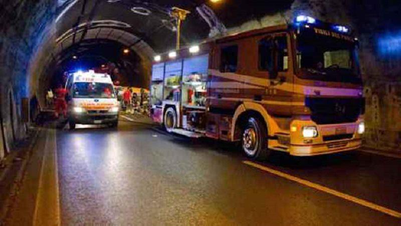 Scontro sulla Catania-Siracusa, un'auto in fiamme: 3 feriti