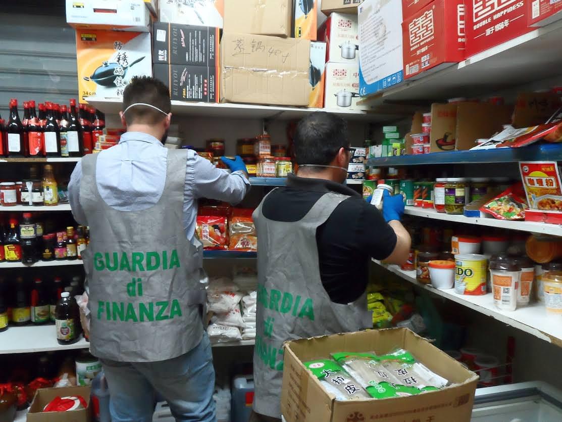 Catania, sequestrato negozio alimentare cinese: prodotti scaduti e senza tracciabilità