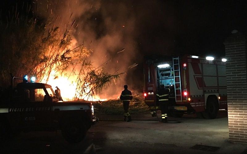 Vasto incendio distrugge canneto. Fumo e fiamme, zona impraticabile per due ore