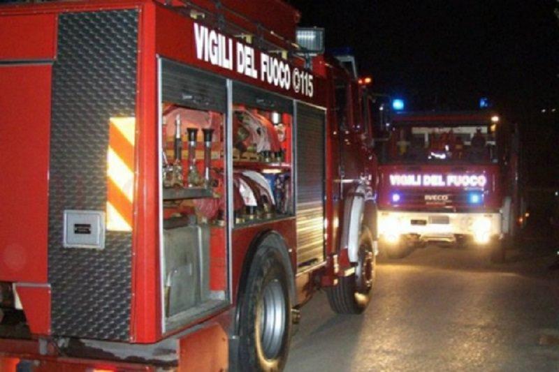 Incendio a Librino, rifiuti di via Fondo Romeo in fiamme