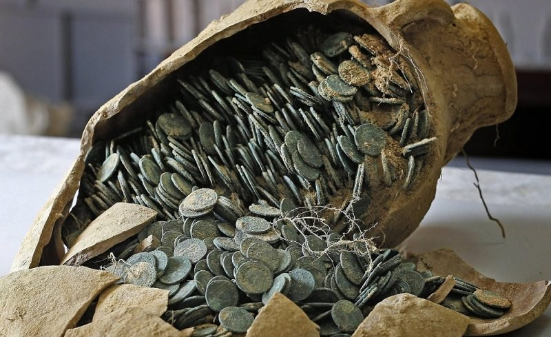 Sequestrate più di 600 monete d'argento e bronzo. Scoperte in un ferramenta
