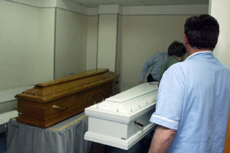 Si intrufola nella camera mortuaria e ruba una salma: giallo in un ospedale a Palermo
