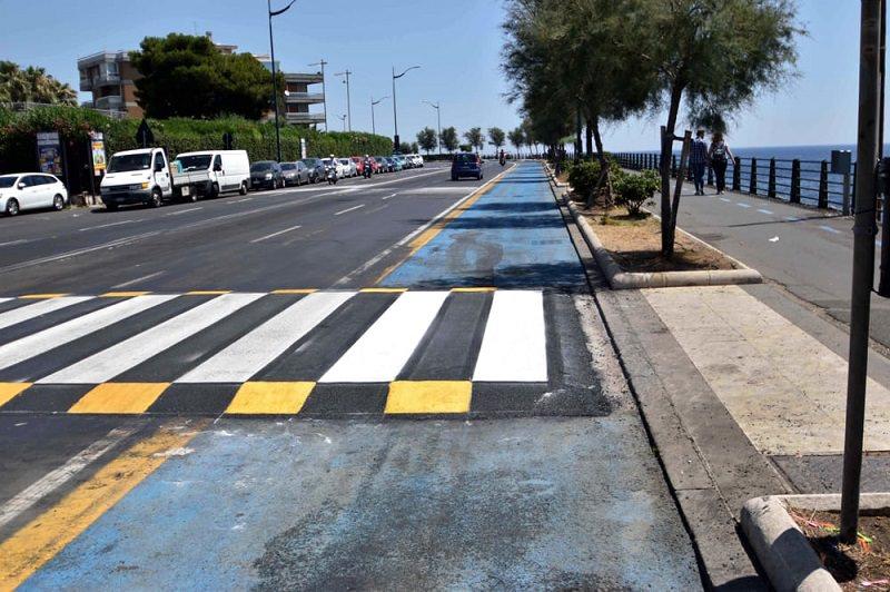 Installati dossi sul lungomare catanese: invadono anche la pista ciclabile