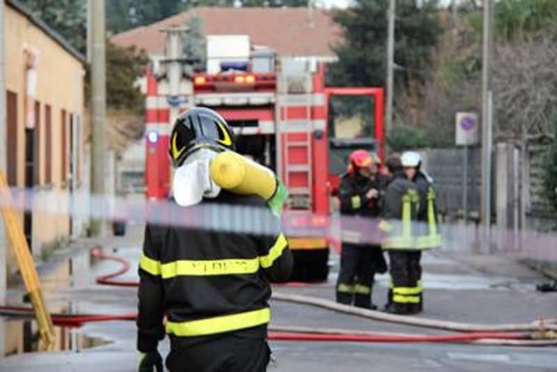 Palermo, fiamme nell'ex fabbrica Ancione: vigili del fuoco in azione per domare il rogo