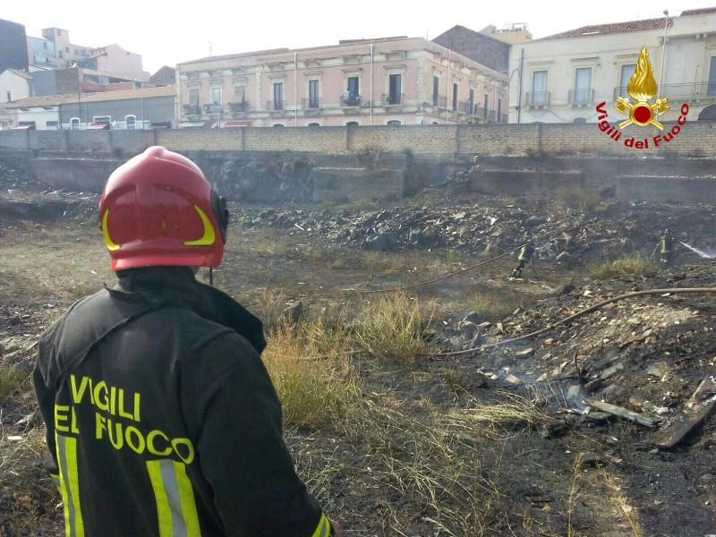 Caos e paura in via Archimede: scoppiano 3 bombole nel campo rom