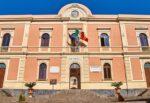 Aci Catena, nuove ordinanze: chiusa una scuola materna e stop al pagamento delle strisce blu