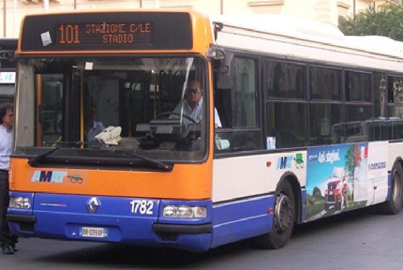 Altro assalto a bus Amat, ragazzini frantumano vetri a colpi di pietra: indagini in corso