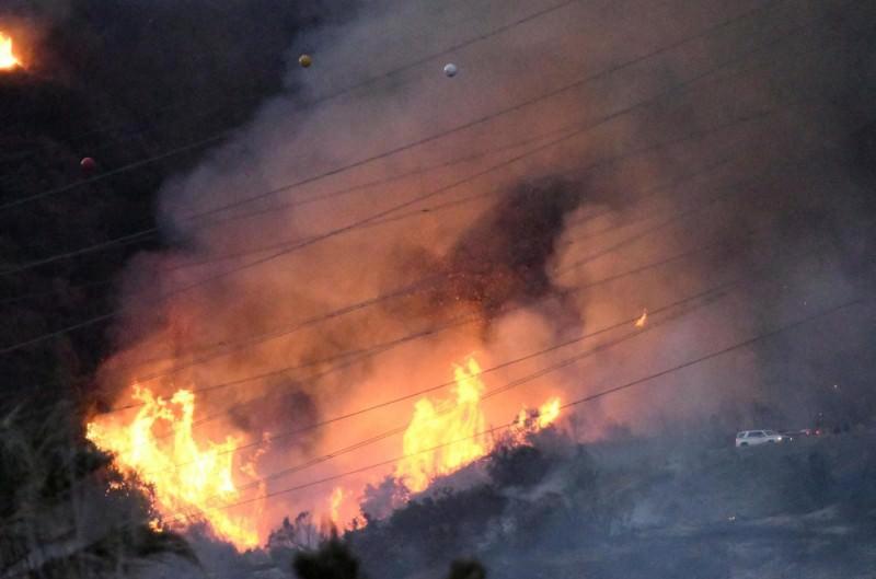 Oasi del Simeto, incendio minaccia case e persone. Polizia evita il peggio