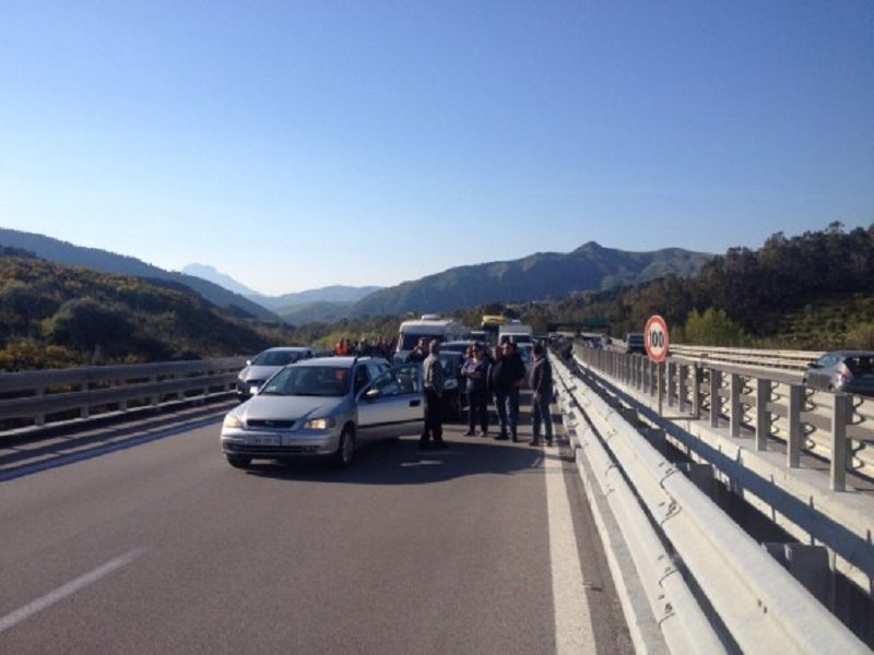 La macchina prende fuoco, uomo muore carbonizzato sulla Catania-Palermo