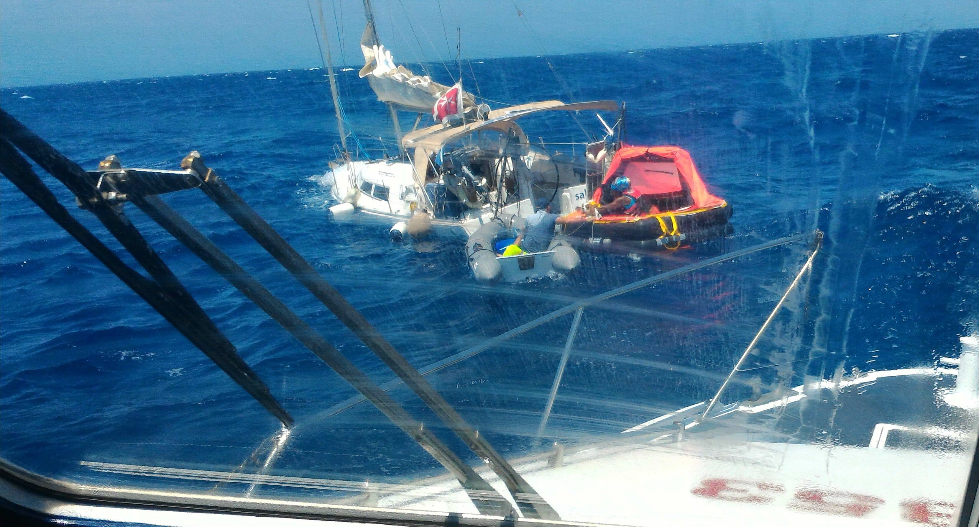 Barca a vela affonda, salvati due diportisti stranieri