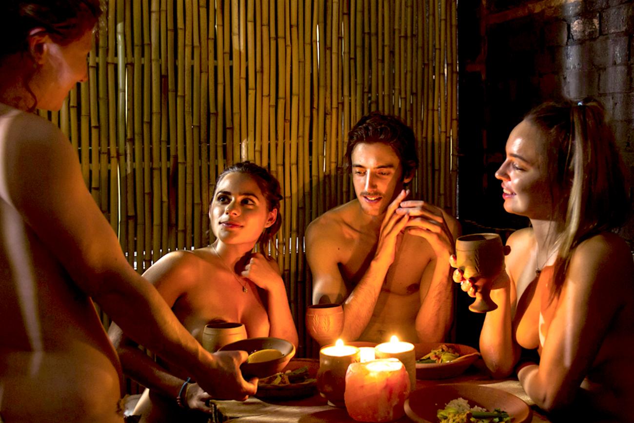 Entri vestito e mangi nudo: arriva in Italia il primo ristorante naturista