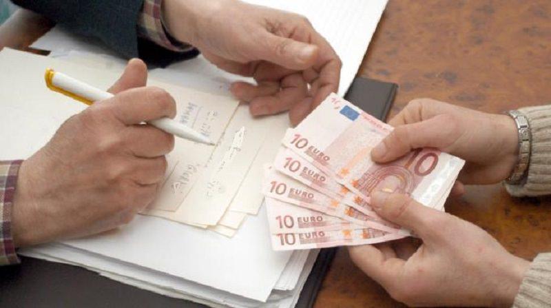 """""""Sono della Guardia di Finanza"""", così il truffatore è riuscito a intascare oltre 400 euro: smascherato dal distintivo"""