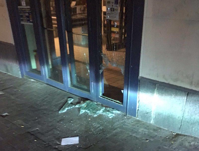 """""""Devi uscire, dobbiamo chiudere"""", armato di martello scassa la vetrina del centro scommesse"""